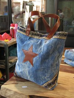 Polka Dot and Leather Pouch Tutorial Artisanats Denim, Denim Purse, Mochila Jeans, Sacs Tote Bags, Look Jean, Jean Purses, Denim Handbags, Diy Bags Purses, Denim Ideas