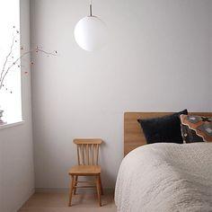 最近の寝室。 . . 冬は羽毛ぶとんの上にベッドカバーをかけてます。 . これに、モコモコの暖かいシーツを敷けば充分暖かい . . . . . . . . . . . . . . . #寝室 #ベッドルーム #bedroomdecor #bedroominterior #mygoodroom #シンプルインテリア #マンションインテリア #すっきり暮らす #シンプルホーム #マイホーム記録 #ベッドルームインテリア #キリム #IKEA #イケア #無印良品 #無印ベッド #子供椅子 #寝室照明
