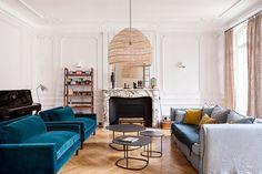 Cet appartement haussmannien s'est vu doter de plusieurs couleurs, de motifs audacieux et de belles matières pour un nouveau look frais et pétillant.