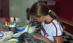 Vrolijke Klompen beschilderen met boerin Hendrika op FarmCamps 't Oortjeshek Tableware, Kids, Young Children, Dinnerware, Boys, Tablewares, Children, Dishes, Place Settings