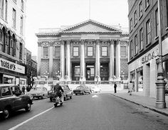 A view of Dublin City Hall from Capel St Ireland Pictures, Old Pictures, Old Photos, Dublin Street, Dublin City, Photo Engraving, Ireland Homes, Dublin Ireland, Historical Photos
