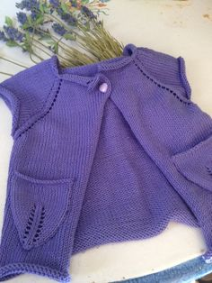 Questo è l'ultimo lavoro fatto con la lana, poi prenderò a mano il cotone, purtroppo.. si lavora male il cotone, non è elastico, ma d'altronde..Ecco quindi questo gilet, nato attorno al…