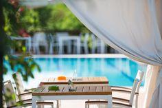 Pranzo rilassante a bordo piscina
