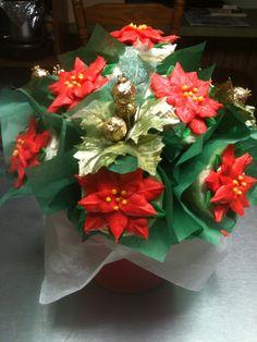 Poinsettias cupcake bouquet Christmas Cupcakes, Christmas Desserts, Christmas Treats, Christmas Baking, Cupcake Flower Bouquets, Flower Cupcakes, Girl Cupcakes, Yummy Cupcakes, Cookie Bouquet