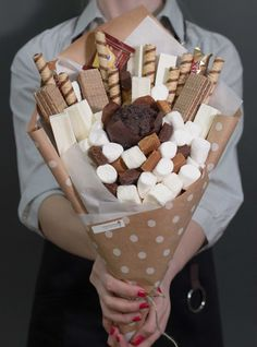 Edible sweet bouquet of marshmallows iris and - Edible sweet bouquet of marshmallows iris and - Pastry World Sweet Edible sweet bouquet of nbsp hellip day food bouquet Bouquet Cadeau, Candy Bouquet Diy, Food Bouquet, Gift Bouquet, Bouquet For Men, Valentines Day Food, Diy Valentines Day Gifts For Him, Valentine Party, Chocolate Flowers