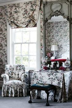 Inside a traditional English style country cottage - The upholstery has been matched to the floral wallpaper at a traditional country style farmhouse in - Country Style Homes, Cottage Style, Country Houses, White Cottage, Dressing Table Vanity, Dressing Tables, Dressing Room, Vanity Tables, Table Mirror