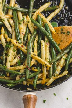 Lemon Garlic Butter Green Beans and Wax Beans Skillet – So little effort, so flavorful! The flavor combination of garlic, lemon and butter of this quick and easy side dish hits all of the per… 6 Awesome Sugar Free Side Dish Ideas Diabetic Side Dishes, Low Carb Side Dishes, Side Dishes Easy, Vegetable Side Dishes, Easy Vegtable Side Dishes, Vegtable Sides, Green Vegetable Recipes, Green Veggies, Bean Recipes