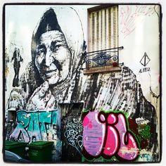 Alaniz @ Paris La maman du modèle (Yol) était très fière !  Photo : Lionel Belluteau Plus de photos sur http://ift.tt/YMhG58  @alanizart #alaniz #alanizart #collage #pastedpaper #paris #unoeilquitraine #streetart #art #lionelbelluteau @unoeilquitraine