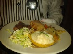 Duo de carne con crocante de platano Carne, Chicken, Food, Meals, Yemek, Cubs, Eten