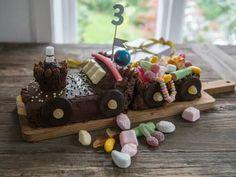 Saftig sjokoladekake med lys sjokoladekrem -video- steg for steg | Oppskrift | Meny.no Muffins, Cheese, Baking, Breakfast, Food, Diy, Morning Coffee, Muffin, Bricolage