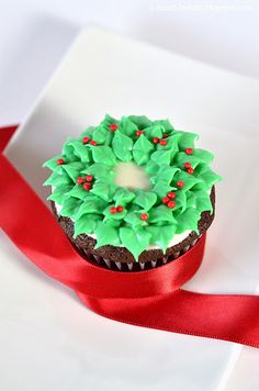 christmas wreath cupcakes - choc cupcakes w. peppermint cream cheese frosting