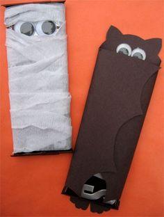 Chocolatinhos embrulhados em crepon (múmia) ou com papel colorido (morcego, drácula ou fantasminha), é uma alternativa fácil e engr...
