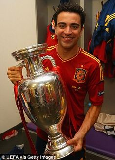 Xavi Hernandez one of the best Spanish & FC Barcelona player. Check it out here Xavi's biography & new images-photos. Best Football Players, World Football, Football Team, Fc Barcelona Players, Fcb Barcelona, Barcelona Soccer, Xavi Hernandez, Spanish Soccer Players, Xavi Iniesta