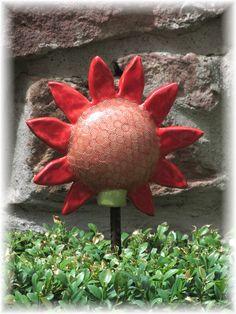Dekorative Keramikunikate für Haus und Garten, in fröhlichen Farben, liebevoll in eigener Handarbeit hergestellt, geformt, gebrannt und glasiert.