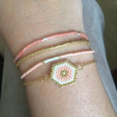 On ne m'arrête plus maintenant! I like this petite jewelry, it's so easy to make. Seed Bead Jewelry, Beaded Jewelry, Bead Loom Bracelets, Beaded Anklets, Bijoux Diy, Loom Beading, Bracelet Patterns, Bead Weaving, Handmade Bracelets