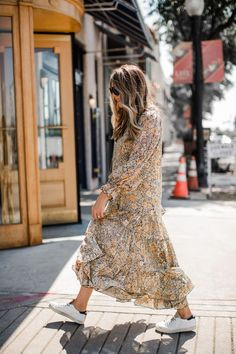 Fall Shopping: 10 Maxi Dresses to Pair with Sneakers (The Teacher Diva) Style Année 70, Style Retro, Club Style, Grunge Goth, Hipster Grunge, Modest Fashion, Fashion Dresses, Street Style Vintage, Dress And Sneakers Outfit