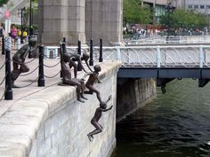 People of the River by Chong Fah Cheong, Singapore. Known as one of the most creative statues in the world, this sculpture literally looks as if children are jumping into the river. Street Art, Street Image, Urbane Kunst, Photo Voyage, Art Moderne, Outdoor Art, Land Art, Public Art, Urban Art