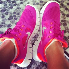 2014 cheap nike shoes for sale info collection off big discount.New nike roshe run,lebron james shoes,authentic jordans and nike foamposites 2014 online. Nike Shoes For Sale, Nike Shoes Cheap, Nike Free Shoes, Nike Shoes Outlet, Cheap Nike, Pink Running Shoes, Site Nike, Workout Shoes, Workout Outfits