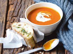 Kürbis-Tomaten-Suppe mit Pesto-Ciabatta. Ich habe diese Suppe schon ein paar mal gekocht, Sie schmeckt sehr sehr lecker. Sie gehört in der Familie nun zu den Lieblingssuppen