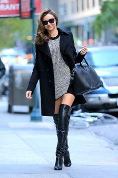 Model Miranda Kerr combineert de laarzen met een gebreid jurkje en mooie it-bag #overthekneeboots