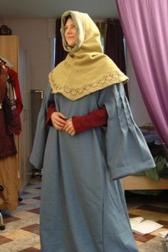 GARDE-CORPS: It was a long dress slit down the front, long sleeves with wide and you could not move, and then fell freely from both sides. This garment was worn by both noble than by the bourgeois. http://medieval.kloreal.be/#post36