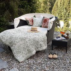 In der Luxuslodge werden Ihnen viele Möglichkeiten geboten, um die frische Luft gemütlich genießen zu können. Outdoor Furniture, Outdoor Decor, Bed, Home Decor, Chalets, Air Fresh, Luxury, Pictures, Decoration Home