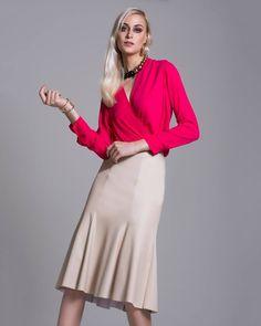 Inspiração da tarde: combine blusas de cores marcantes com saias em tons neutros.   SHOP NOW: http://www.amissima.com.br/