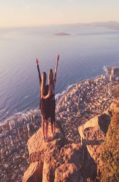 Lion's Head is a mountain in Cape Town, South Africa and hard not to see while being there. How to reach the top of the Lion's Head. Lions Head Cape Town, Cape Town South Africa, Backpacking, Grand Canyon, Travel, Destinations, Viajes, Backpacker, Grand Canyon National Park