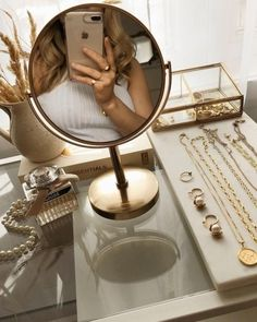 𝒇𝒊𝒍𝒍𝒆𝒅 𝒘𝒊𝒕𝒉 𝒍𝒊𝒈𝒉𝒕 ✨ / - тнιѕ ιѕ arт - Acessórios para Casa Gold Aesthetic, Classy Aesthetic, Aesthetic Rooms, Cream Aesthetic, Aesthetic Beauty, Jewelry Photography, Room Inspiration, Bedroom Decor, Wall Decor