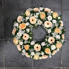 Peach and white wreath funeral flowers tribute with gerbera, roses, carnations and lisianthus Funeral Flower Arrangements, Funeral Flowers, Flower Box Gift, Flower Boxes, Gerbera, White Wreath, Floral Wreath, Funeral Sprays, Modern Floral Design