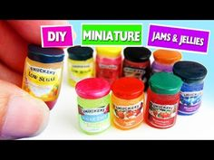 5 minute crafts - DIY Miniature Realistic Dollhouse Jelly and Jam Jars - simplekidscrafts Dollhouse Miniature Tutorials, Miniature Crafts, Diy Dollhouse, Miniature Food, Miniature Dolls, Dollhouse Miniatures, Clay Miniatures, Barbie Food, Doll Food