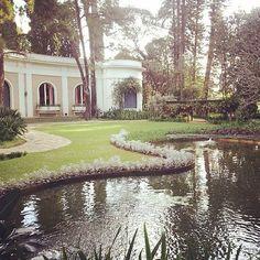 Localizada no Jardim Europa, a casa projetada e construída pelo engenheiro-arquiteto Alfredo Ernesto Becker em meados dos anos 50 abriga a coleção reunida por Ema Klabin. Aos sábados ainda rolam atividades musicais.