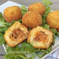 Para la elaboración de las patatas bomba calcula 1 patata mediana por persona - Aceite, sal y pimienta - Huevos duros - Salsa boloñesa espesa...