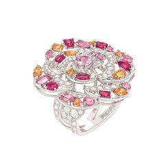 La Colección Jardín de Camelias. Estas joyas son un desafío estético, elegante expresión de la maestría de los joyeros de Chanel, un sublime ejercicio de estilo y excelencia técnica que reúne volúmenes, influencias y materiales que dan vida a joyas de excepción.