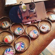 L'accroche-sac et l'accroche-clés personnalisables, idée cadeau pour maîtresses et atsem ! Merci à Léa Lellouche-Nizard pour la photo de ses créations 👍🏻 Livraison gratuite en 48h... vous êtes dans les temps 😉 #accrochesacpersonnalisable #cadeaumaîtresse #cadeauatsem #cadeaumaternelle #cadeauecole #accrochesac #accrocheclé #accrocheclepersonnalisable #porteclefspersonnalisés Decorative Plates, Creations, Bag Hanger, Thanks