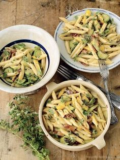 This courgette carbonara recipe includes courgettes for an extra special summer twist; A great way to spice up your courgette pasta recipe this summer. Zucchini Carbonara, Creamy Carbonara Sauce, Penne, Jamie Oliver Pasta, Turkish Recipes, Ethnic Recipes, Romanian Recipes, Scottish Recipes, Italian Recipes