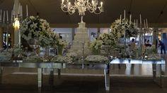 Decoração de Eliana Brandão. Classica, mesa espelhada com flores nobres brancas. Local Porto Vitória - Brasilia