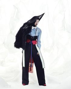 비단으로 만들어진 간결한 색채의 구장복 후수는 김혜순 한복(Kim Hye Soon Hanbok), 자연스러운구김의 하늘색 셔츠는 보테가 베네타(Bottega Veneta)