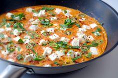 Fürüsütück ist fertig: Eier mit Tomaten, Paprika, Schafskäse und Petersilie – das duftet nach Urlaub und ist eine tolle Art, den Tag zu beginnen.