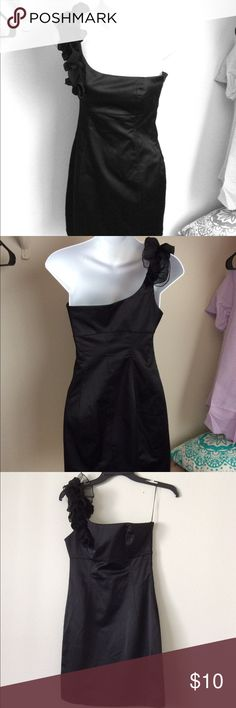 💋 Beautiful black one shoulder dress! Beautiful black one shoulder dress! Perfect for a night out or date night! Dresses One Shoulder