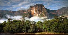 Salto Angel (Venezuela): Considerada Patrimônio Mundial da Humanidade pela Unesco e um dos principais cartões-postais da Venezuela, a Salto Angel é a mais alta cachoeira do mundo, oficialmente com 979 metros de altura. A imponente queda d'água fica dentro do Parque Nacional de Canaima, a quase 800 quilômetros da capital venezuelana, Caracas. A Salto Angel despenca desde uma linda formação rochosa que é cortada por outras cachoeiras, o que deleita os turistas (especialmente os amantes de…