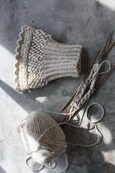 - Nun bin ich wirklich drin, in der großen Weihnachtswerkelei! Es ist ja auch nic… Now I am really in it, in the big Weihnachtswerkelei! It is not so long until the Advent season, orders are bea … - Knitting Stitches, Hand Knitting, Knitting Patterns, Knit Mittens, Knitted Hats, Fingerless Mittens, Knitting Projects, Crochet Projects, Boot Toppers