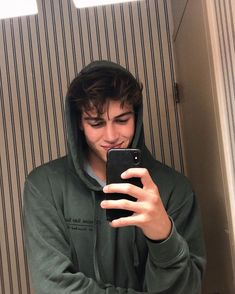 Discovered by ``𝐿𝑒𝓃𝑒 ``. Find images and videos about boys and mirror selfie on We Heart It - the app to get lost in what you love. Hommes Grunge, Beautiful Boys, Pretty Boys, Boys Lindos, Cute White Boys, Surfer Boys, Grunge Boy, Cute Teenage Boys, Aesthetic Boy