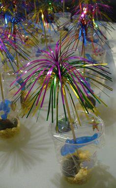Aquarium-traktatie ! Plastic bekertjes en aquariumstickers aan de binnenkant (Action). Mooie lange prikkers en huishoudfolie. Haai-snoepje (kruidvat). Zeevruchtenbonbon (supermarkt). Rice crispy als zand (supermarkt). #traktatie #aquarium