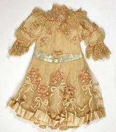 Little girl's antique dress with ribbonwork. Vintage Gowns, Vintage Lace, Vintage Outfits, Edwardian Fashion, Vintage Fashion, Viktorianischer Steampunk, Antique Clothing, Fashion History, Beautiful Dresses