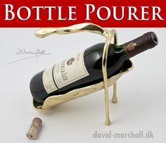 Skænk din ynglingsvin med denne smukke Glove Bottle Pourer fra  #DavidMarshallDesign #WinePourer #Vintjener #VinSkænker  Se den, #Vinreoler og det andet lækre# vinudstyr på www.artkaderne.dk/Vinudstyr
