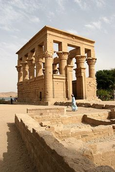 Philae temple of Goddess Isis in Aswan, Egypt. Philae-tempel van Godin Isis in Aswan, Egypte. Ancient Egypt Pharaohs, Ancient Egyptian Art, Ancient Ruins, Ancient Civilizations, Ancient History, Egyptian Temple, European History, Ancient Artifacts, Ancient Greece