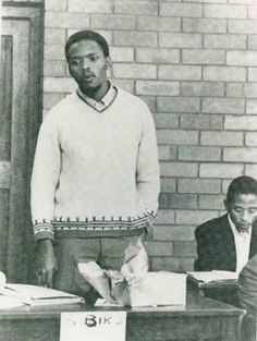 Steve Biko addressing the second general students' council of the South African Students' Organisation (SASO) at University of Natal, July Steve Biko, Black History Facts, African Diaspora, Black Pride, Historical Pictures, African American History, New Chapter, Rare Photos, World History