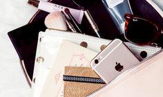 Weet jij wat er allemaal aan waardevols in je handtas zit? Veel vrouwen denken 'slechts' € 70,-. Maar de echte waarde zal je versteld doen staan! Portemonnee, mobiele telefoon, oplader, huissleutels, lippenstift, zonnebril, agenda... Zomaar wat dingen die vrouwen dag in dag uitmeezeulen in hun handtas. Al die spullen bij elkaar hebben natuurlijk aardig wat…
