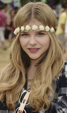 Festival Hairstyle: Chloe Moretz#039;s Bouncy Waves Looked Amazing With Her Floral Headband, 2011
